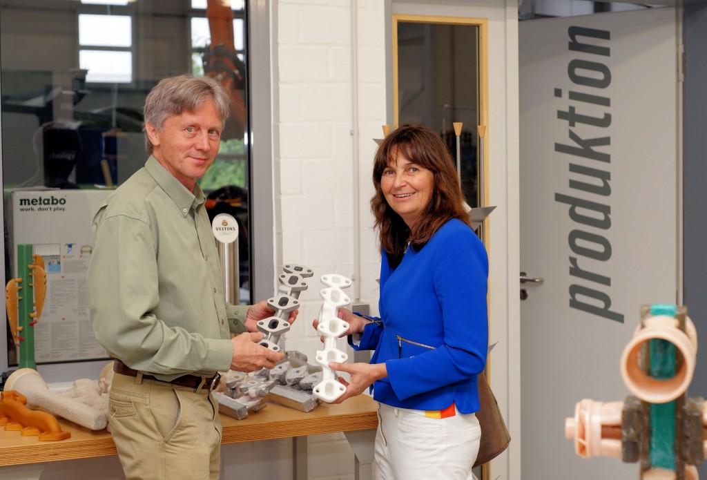 Michael Kügelgen erläuterte Mechthild Heil, welche komplexen Gies-Formen mit seinen Maschinen hergestellt werden können.