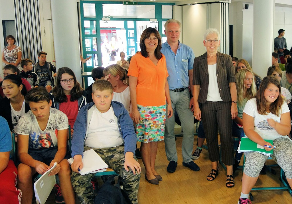 Mechthild Heil MdB im Dialog mit Schülern der Albert-Schweitzer-Realschule plus Mayen.